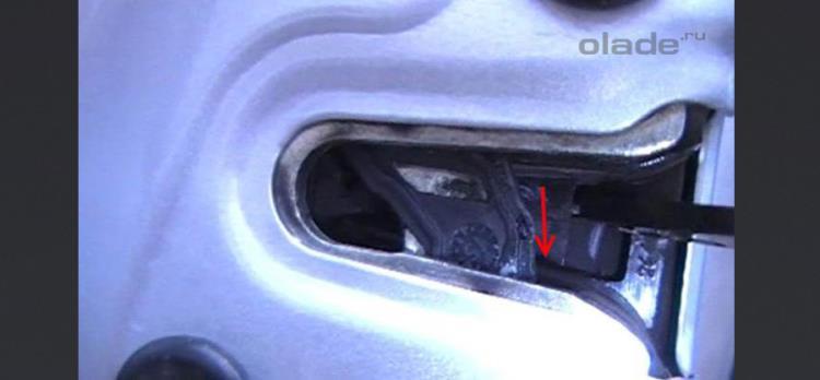 Как открыть дверь на Ладе Веста без основного ключа (фото 11)
